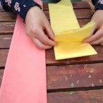 Para cada flor de seda se necesita 1 pliego de papel de seda doblado varias veces con una anchura de 10 cm. Después lo doblamos como un acordeón y hacemos cuadrados de 10cm x 10cm aprox. (si hacemos muchas flores quedará muy bien que cada flor tenga unas medidas diferente)