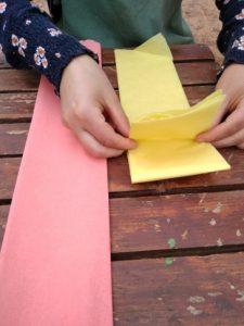 Después lo doblamos como un acordeón y hacemos cuadrados de 10cm x 10cm aprox. (si hacemos muchas flores quedará muy bien que cada flor tenga unas medidas diferente)