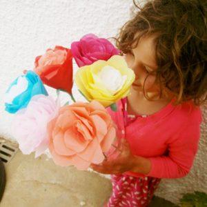 Una vez terminada la flor, le pondremos unas hojas (dibujar una forma de hoja sobre el papel de seda, recortarlas y pegarlas con pegamento a la mitad del tallo)