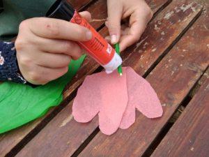 Una vez que tenemos los pétalos recortados con ayuda del pegamento pasaremos a formar la flor sobre el tallo.