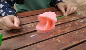 Repetiremos este último paso tantas veces como tantas capas queramos para hacer la flor. Otra manera sería ir combinando los colores de los pétalos.